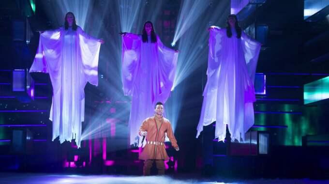 Jon Henrik Fjällgren på scen under Melodifestivalen i Östersund. Foto: Sven Lindwall