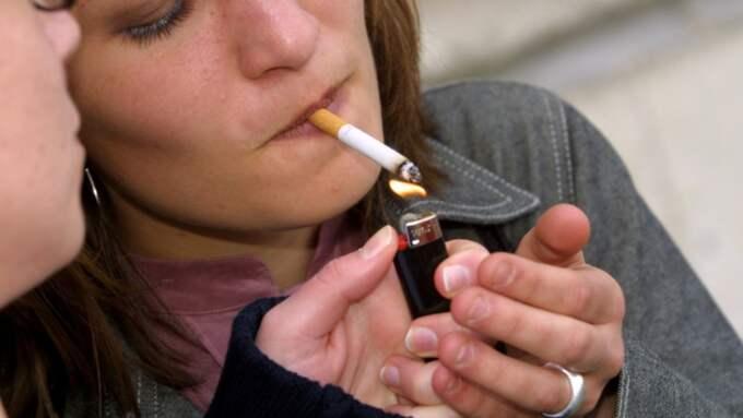 Utredaren vill även förbjuda rökning på uteserveringar och tågperronger. Foto: Colourbox.Com