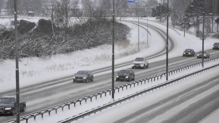 Räkna med trafikproblem när ett nytt nederbördsområde kommer in över Västsverige. Foto: Henrik Isaksson/Ibl-Aop