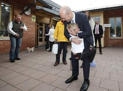 Emil Söderdahl, 6, fick krama sin idol - statsminister Fredrik Reinfedlt. Foto: STEFAN FORSELL