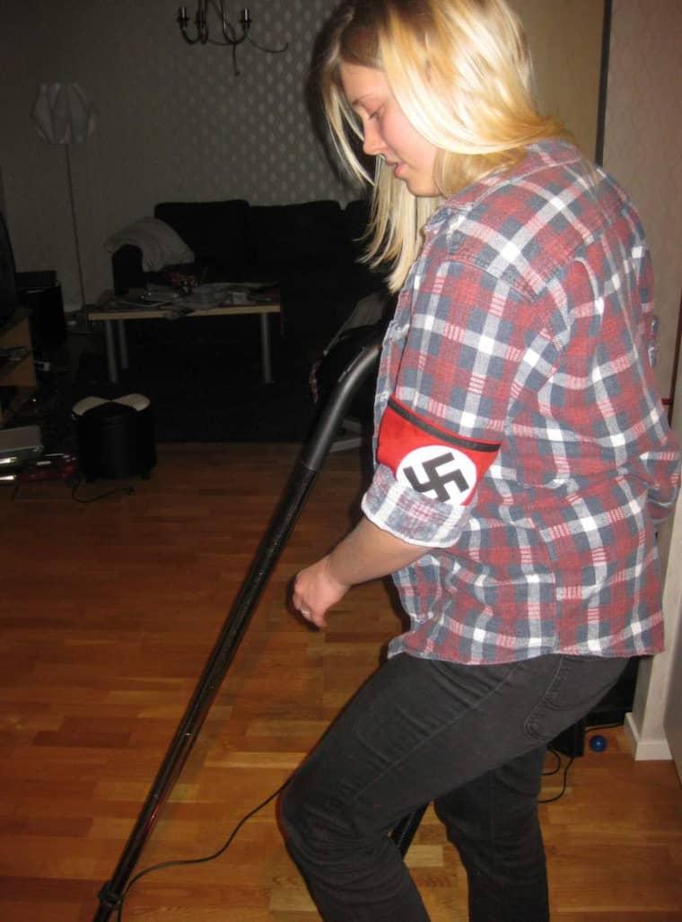Förnekar. Catharina Strandqvist vill inte kännas vid bilden som visar hur hon städar på en fest - iförd armbindel med hakkors på. Foto: Expo