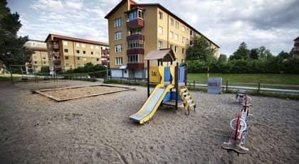 HÄR SÖKER HAN SINA OFFER. Trapphuspedofilen har slagit till ett 30-tal gånger bara inom Södertörns polisdistrikt. Han tar kontakt med barnen på lekplatser som den här i Huddinge. Foto: Emil Nordin