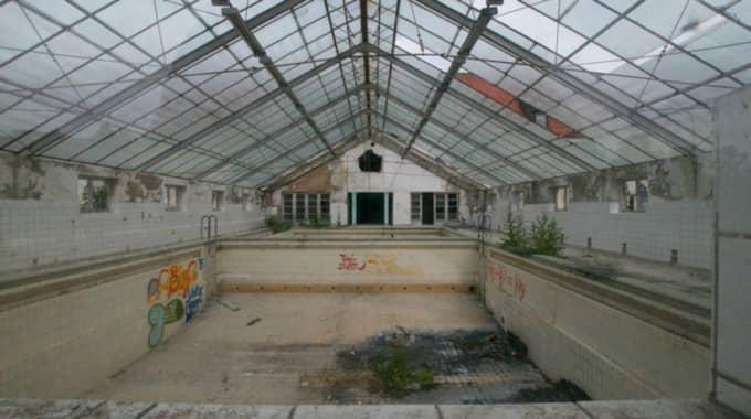 Här låg simhallen. Om inte det spetsiga taket har bytts ut vid något tillfälle, så har glasskivorna ett sekel på nacken. Foto: Calle Bergendorff