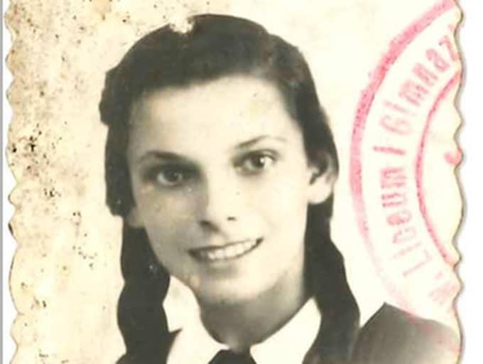 Basia Gerson, 92 år och pensionerad laboratorieassistent, överlevde tre år i Auschwitz och kom till Sverige i de vita bussarna. Under sin uppväxt frågade Nadine ofta farmor Basia om tatueringen (fångnumret) farmodern har på armen. Foto: Olle Sporrong
