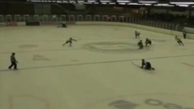 Nacka HK:s Viktor Thomasson tar sats och crosscheckar Bålsta HC:s Tommy Latouche Gauvin i huvudet. Foto: lokalsport.nu