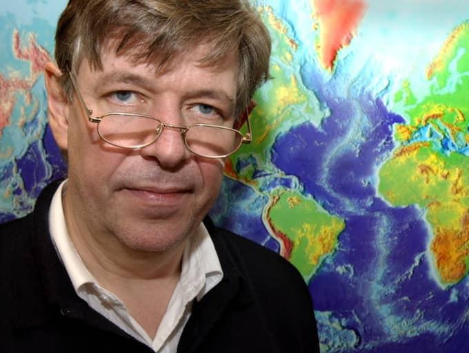 """Reynir Bödvarsson vid Uppsala Seismologiska Institut bekräftar att ett skalv inträffat: """"Det är ett oerhört stort skalv"""". Foto: Anna Hållams"""
