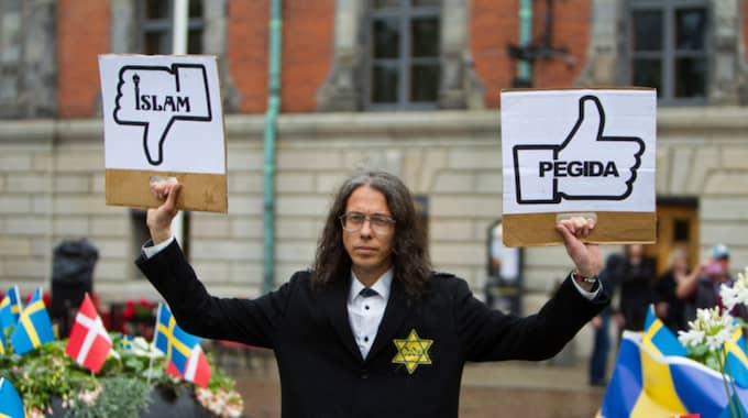 Dan Park, 47, misstänks för nya fall av hets mot folkgrupp. Han anhölls i går kväll av åklagare och togs till Malmöpolisens arrest. Foto: Peo Möller