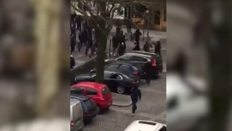 30 maskerade män rusade in på en kebabrestaurang vid Gullmarsplan strax efter 10.30. Foto: Läsarbild