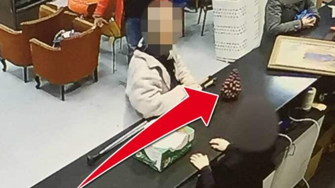 Övervakningskameran från auktionshuset i Stockholm visar hur mannen lämnar in den värdefulla vasen.