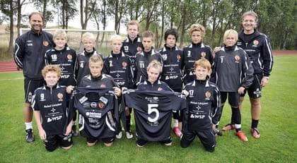 """Grabbarna i Bara GIF P96, som består av 17 spelare, har 13 loggor på tröjorna samt två på shortsen. """"Vi satsar på att ha många sponsorer som betalar en rimlig summa"""". Foto: Lasse Svensson"""