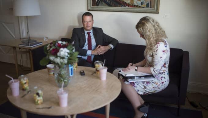 Anders Ygeman intervjuas av Expressens Karin Sörbring. Foto: Meli Petersson Ellafi