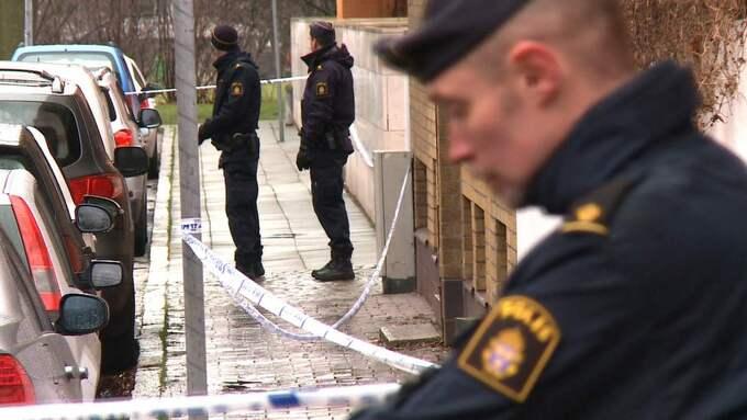 Det mesta talar för att 29-åringen föll från fjärde våningen när han försökte ta sig in i lägenheten. Inledningsvis uteslöt inte polisen att mannen misshandlats. Foto: Mikael Nilsson