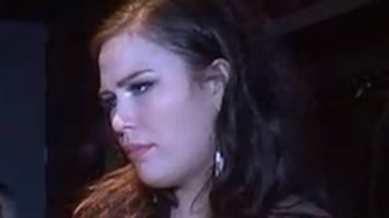 Molly Pettersson Hammar var rejält besviken efter att arrangören delade på vinnarna och förlorarna under festen i Halmstad. Foto: Expressen TV