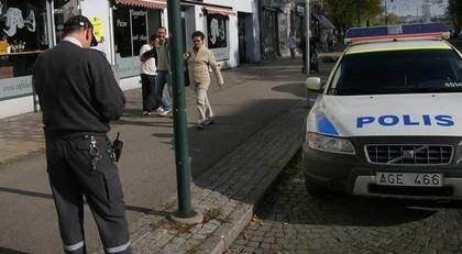 På hugget. Inte ens ett bankrån hejdade den ambitiöse parkeringsvakten från att skriva ut böter. Men Skånepolisen kan ta det lugnt. När mannen insåg sitt misstag hävdade han boten. Foto: Thomas Friström/Mediabasen