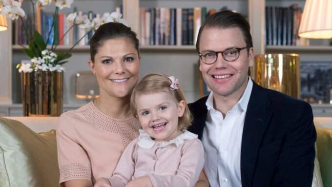 Victoria, Daniel och Estelle har fått en ny familjemedlem. Foto: Kate Gabor/Kungahuset
