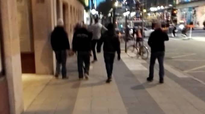 """Attacken skedde utanför en bar vid NK i centrala Stockholm, som flera deltagare i """"Folkets demonstration"""" har befunnit sig på under dagen. Polisen har även haft extra bevakning på platsen. Foto: Läsarbild"""