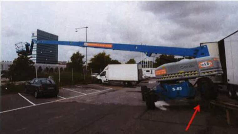 Efter att lastbilen kört in i skyliften föll målaren 40 meter och dog. Foto: Polisen