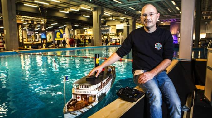 Peter Land, medlem i Göteborgs modellbåtsklubb LaSkala var också på plats. Här tillsammans med en båt som tog honom 4 år att bygga som har en riktig ångmaskin i sig. Foto: Henrik Jansson