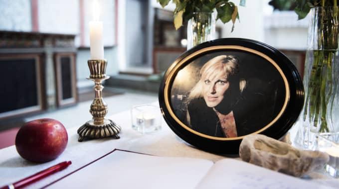 Nu står ett kondoleansbord uppställt längst fram i kyrkan i När på östra Gotland där Josefin Nilsson växte upp och hennes föräldrar fortfarande bor. Foto: Anna-Karin Nilsson