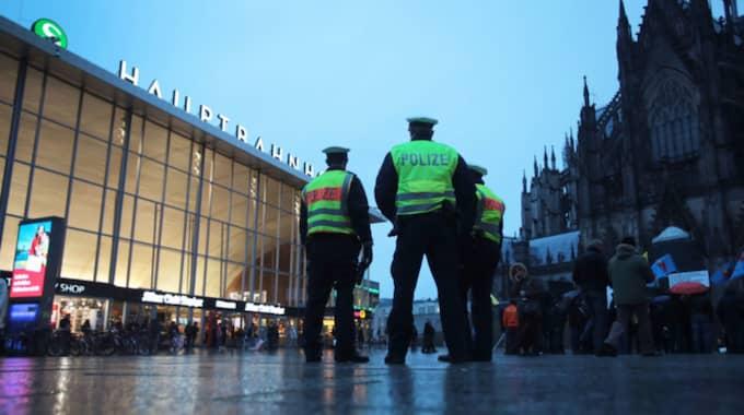 20 personer gick till attack mot sex pakistanier vid centralstationen i Köln, skriver Frankfurter Allgemeine. Två av de misshandlade fördes skadade till sjukhus. Foto: Oliver Berg/Epa/TT