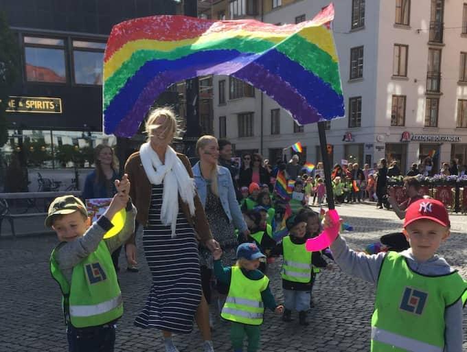 Vincent och Elis fick äran att bära Pridebanderollen. Foto: Jonathan Berntsson