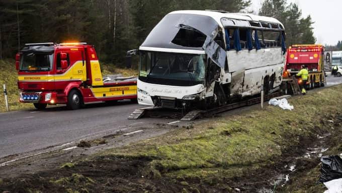 KÖRDE AV VÄGEN. Två personer dog och 40 fick vårdas för sina skador efter att turistbussen kört av vägen i torsdags morse. Nu berättar chaufförens syster att han fick en hjärnblödning. Foto: Robin Aron