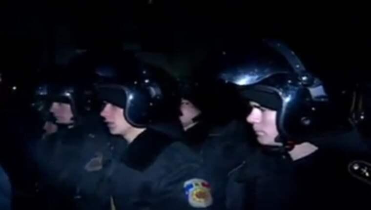 Efter att landets nya regering bildats under ledning av den nye premiärministern Pavel Filip bröt demonstranter igenom polisens avspärrningar och tog sig in i parlamentsbyggnaden genom en bakdörr, rapporterar moldaviska Omega Today. Foto: Skärmdump från Omega Todays Youtube-kanal