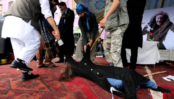 Hon slogs ihjäl och drogs efter en bil av en lynchmobb, anklagad för att ha bränt delar av en Koran. Foto: Rahmat Gul / AP