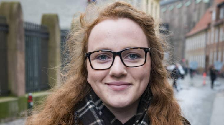 ENKÄT: HUR HAR TERRORDÅDEN PÅVERKAT LIVET I KÖPENHAMN? Christine Daubjerg-Newman, 22, student, Köpenhamn: – Inte så mycket nu på senare tid. Men i början var det väldigt påtagligt med alla poliser överallt. Och det är fortfarande poliser, till exempel utanför synagogan. Och man var rädd, i början var man rädd. Men så kommer vardagen igen och nu är det inte något man tänker så mycket på. Jag tänker inte så mycket på att det snart är årsdagen av attackerna, det står lite i tidningarna men i övrigt tänker jag inte så mycket på det. Men jag passerar Synagogan där det hände varje dag och det man märker är att det är poliser på plats. Foto: Tomas Leprince