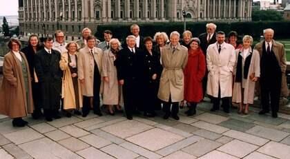 DEN 7 OKTOBER 1994. Den tillträdande S-regeringen efter valsegern 1994. Vid statsminister Ingvar Carlssons vänstra sida står Mona Sahlin, som utsetts till vice statsminister. Foto: Bertil Ericson