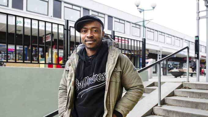 Ibeh Chigozie Elvis, 25, student, Biskopsgården: – Jag tror att regeringen måste satsa mer på säkerhet. Vi behöver fler poliser och kameror här på torget. Foto: Anna Svanberg