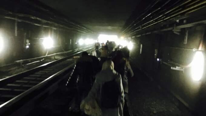 Passagerare evakueras efter explosionen i tunnelbanan i Maalbeek. Foto: Xinhua / Polaris / XINHUA / POLARIS POLARIS IMAGES