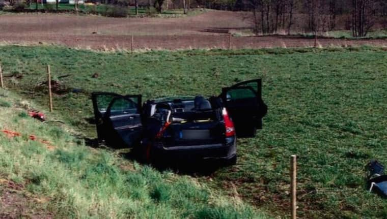 Bilen voltade fyra gånger i luften och landade slutligen i en kohage. Foto: Polisen