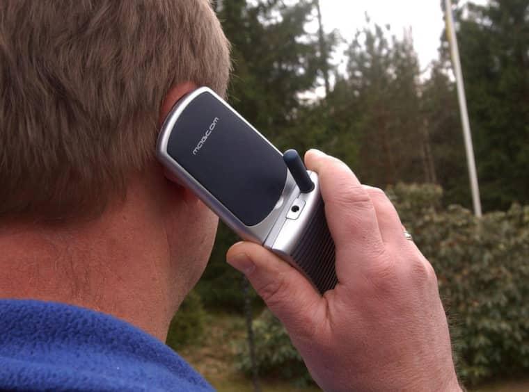 Det kan bli svårt att prata i mobiltelefon i Mora om mobiloperatörerna riktar om sina master. Telefonen på bilden är faktiskt framtagen just för elöverkänsliga men mannen på bilden är inte Dan, 62. Foto: Sven-Erik Johansson