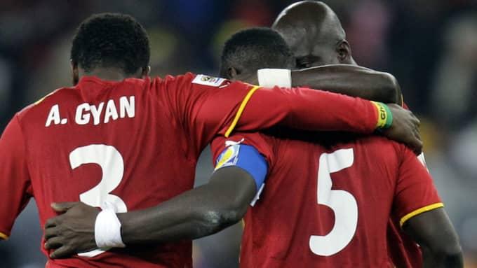 Mensah tröstas av Asamoah Gyan efter uttåget ur VM 2010. Foto: Luca Bruno