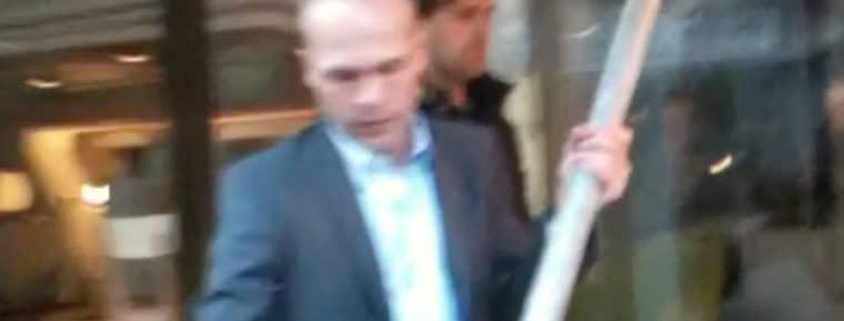 I det filmklipp som Expressen avslöjat kan man se hur SD-ledamoten Erik Almqvist beväpnar sig med ett stort järnrör.