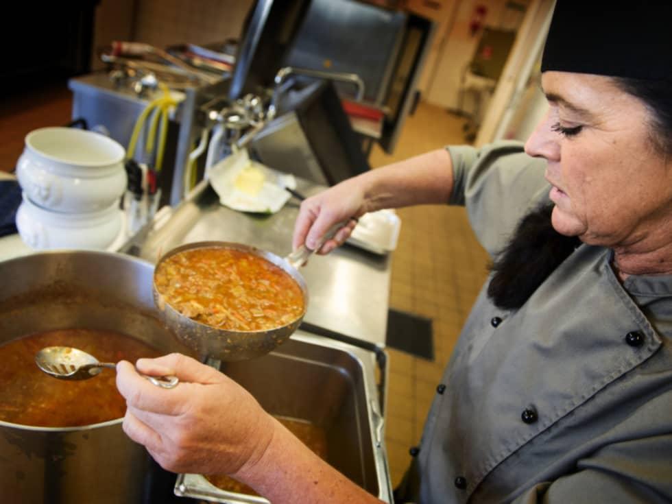 Kökschef Ingela Brännehed lagar soppa. Foto: Robin Aron