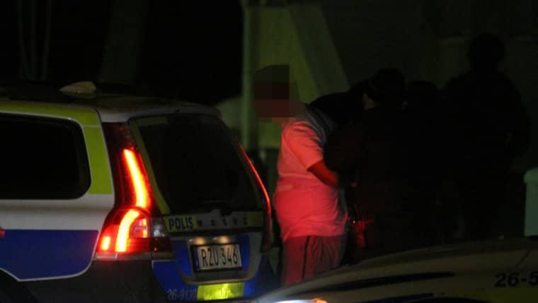 Vid 22-tiden på kvällen fördes en man iväg av polisen. Foto: Roger Nilsson/112 Media