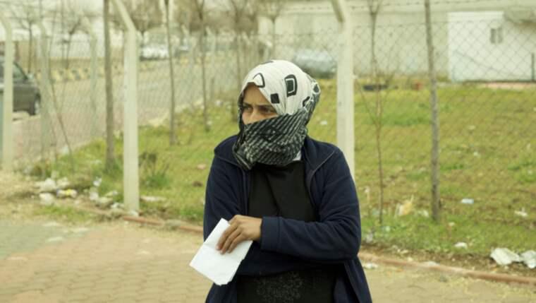 """I fredagsnatt började Radgas svägerska Nadia få sammandragningar trots att hon bara var i slutet av sjätte månaden. """"Hon har varit så rädd för bombningarna och inte kunnat sova. Jag tror det satte i gång värkarna"""", säger Radga (bilden). Foto: Wael Alharba"""