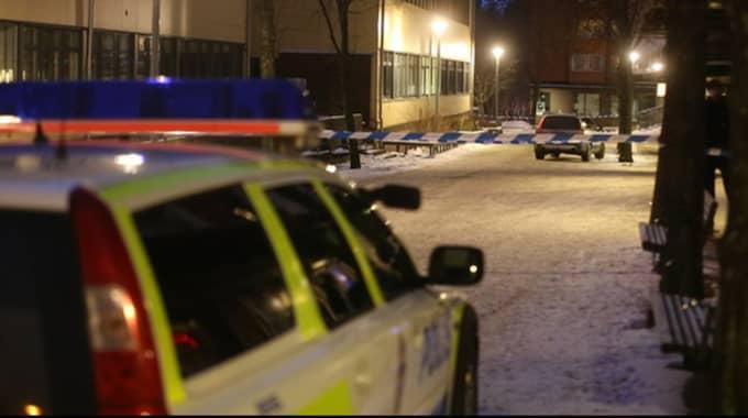 En person har dött efter en skottlossning i närheten av en skola. Polisen finns under eftermiddagen på platsen och har spärrat av ett område. Ingen person är i nuläget misstänkt. Foto: Janne Åkesson/SWEPIX