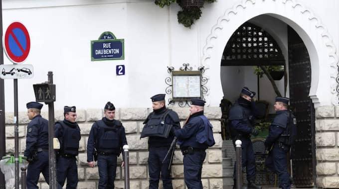ATTACKER MOT MOSKÉER. Polisen vaktar utanför den stora moskén i Paris. Efter terrorattentaten mot Charlie Hebdo har ett trettiotal moskéer attackerats i Frankrike. Foto: Jacques Brinon