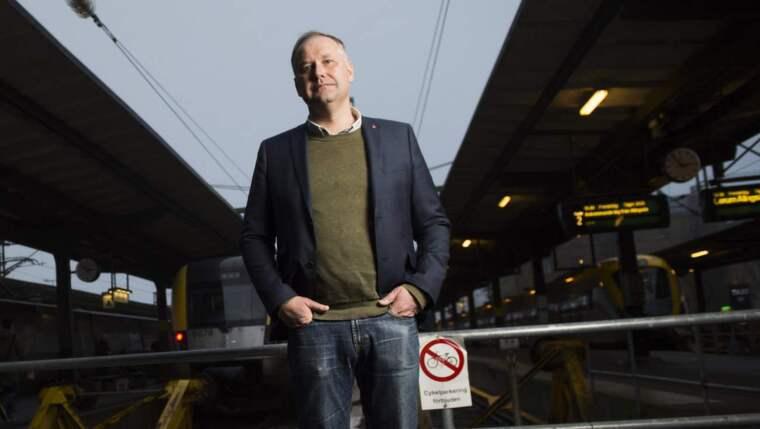LADDAR OM. Expressen möter Jonas Sjöstedt på Göteborgs centralstation. Vänsterledaren var där strax före nyår för att besöka sin mamma. Foto: Robin Aron Foto: Robin Aron