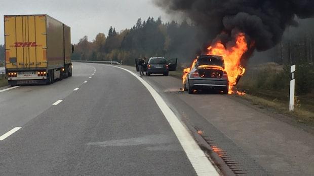 E4 avstängd efter våldsam bilbrand