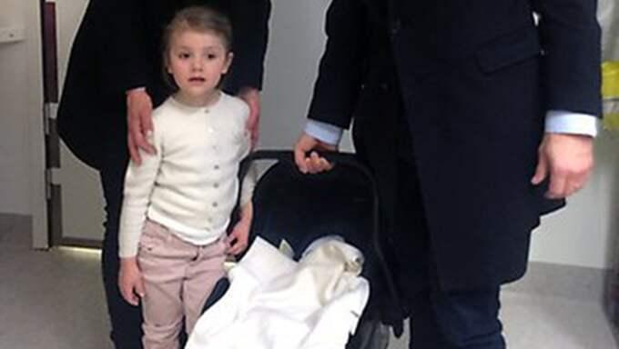Första bilden på nyfödde prins Oscar med storasyster Estelle vid sin sida. Foto: Privat