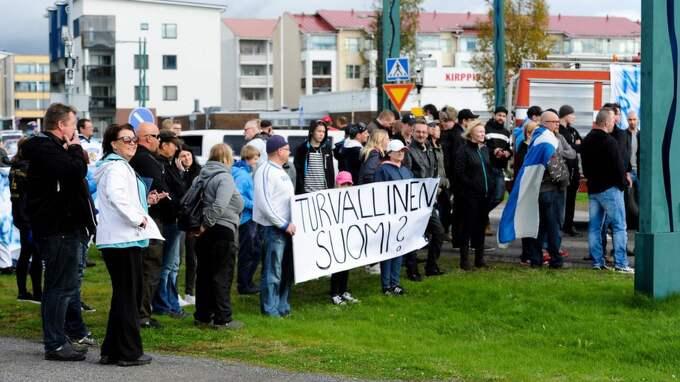 """""""Det är uppskattningsvis 600 på den finska sidan som står armkrok vid gränsen"""", säger Fredrik Linder, vakthavande befäl hos polisen i Norrbotten. Foto: Bob Olovsson/ Pic-Agency"""