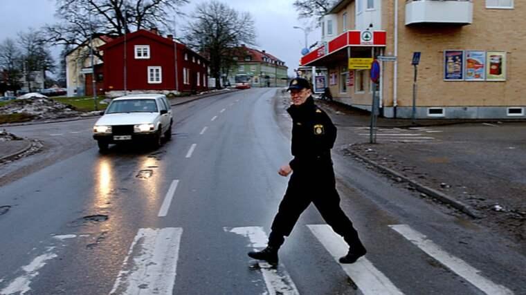 Polisen i Dalsland jagar en misstänkt serieblottare som härjar i det lilla samhället Dals-Ed. Polisen i Dalsland jagar en misstänkt serieblottare som härjar i det lilla samhället Dals-Ed. Bilden är från ett annat tillfälle. Foto: Larseric Linden