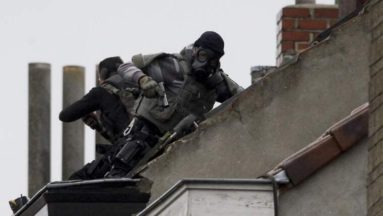 Terrorhotet höjdes till högsta nivå i Belgien i går. Säkerhetsstyrkor sökte bland annat igenom ett hus på Rue Delaunoy i Molenbeek i jakten på terrorister. Foto: Dirk Waem