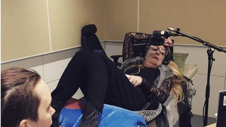Annika Lantz var tvungen att ligga på en bår efter de stora smärtorna. Foto: Instagram