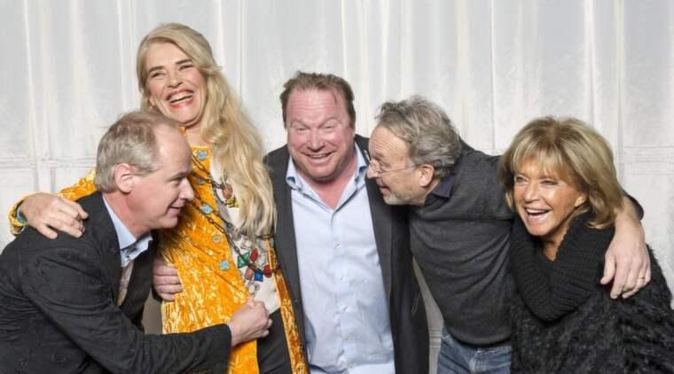 Årets stjärnor skrattar och stojar då de fotograferas tillsammans i SVT:s lokaler. Robert Gustafsson, Ewa Fröling, Claes Malmberg, Philip Zandén och Barbro Svensson. Foto: Mikael Sjöberg