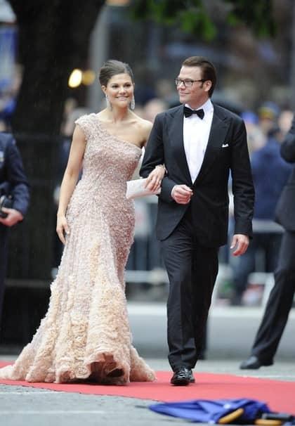 Kronprinsessan Victoria och Daniel Westling på väg in i Konserthuset för kvällens galaföreställning. Brudparet hyllades med ett fyrfaldigt leve när de gick på röda mattan.